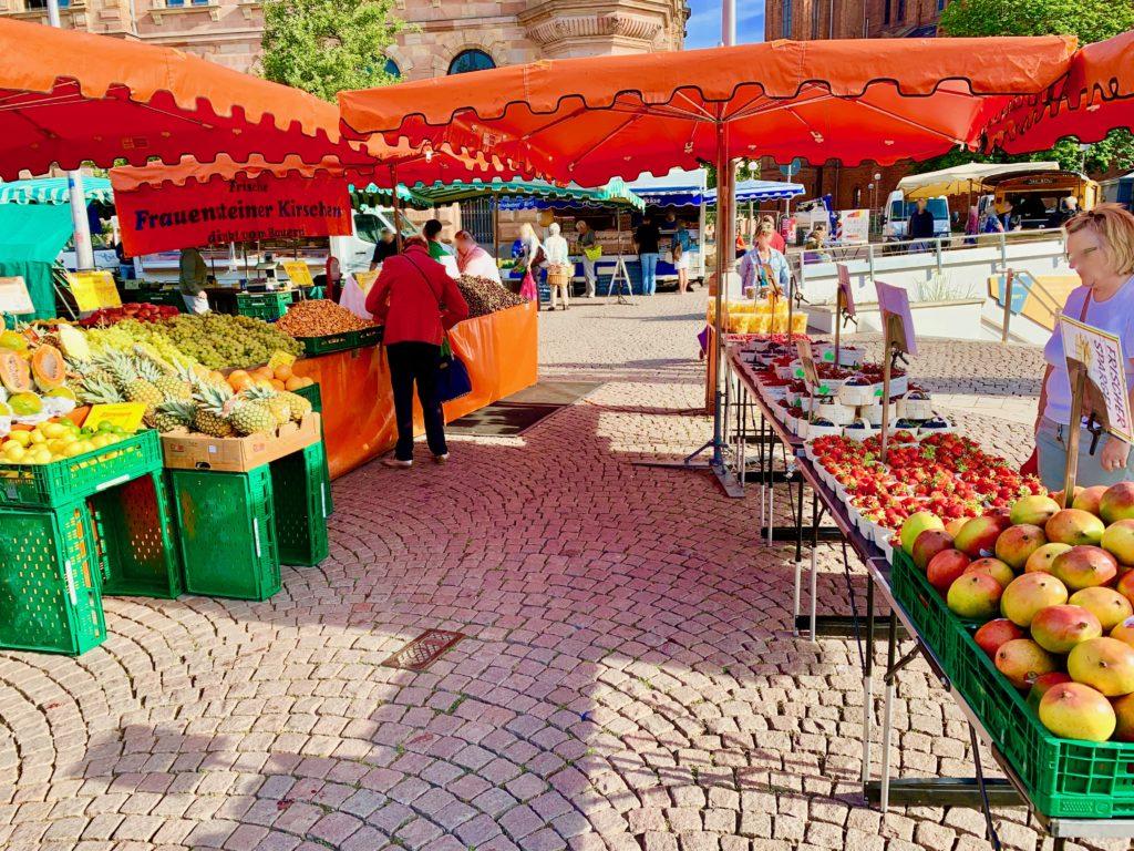 朝市の果物屋台