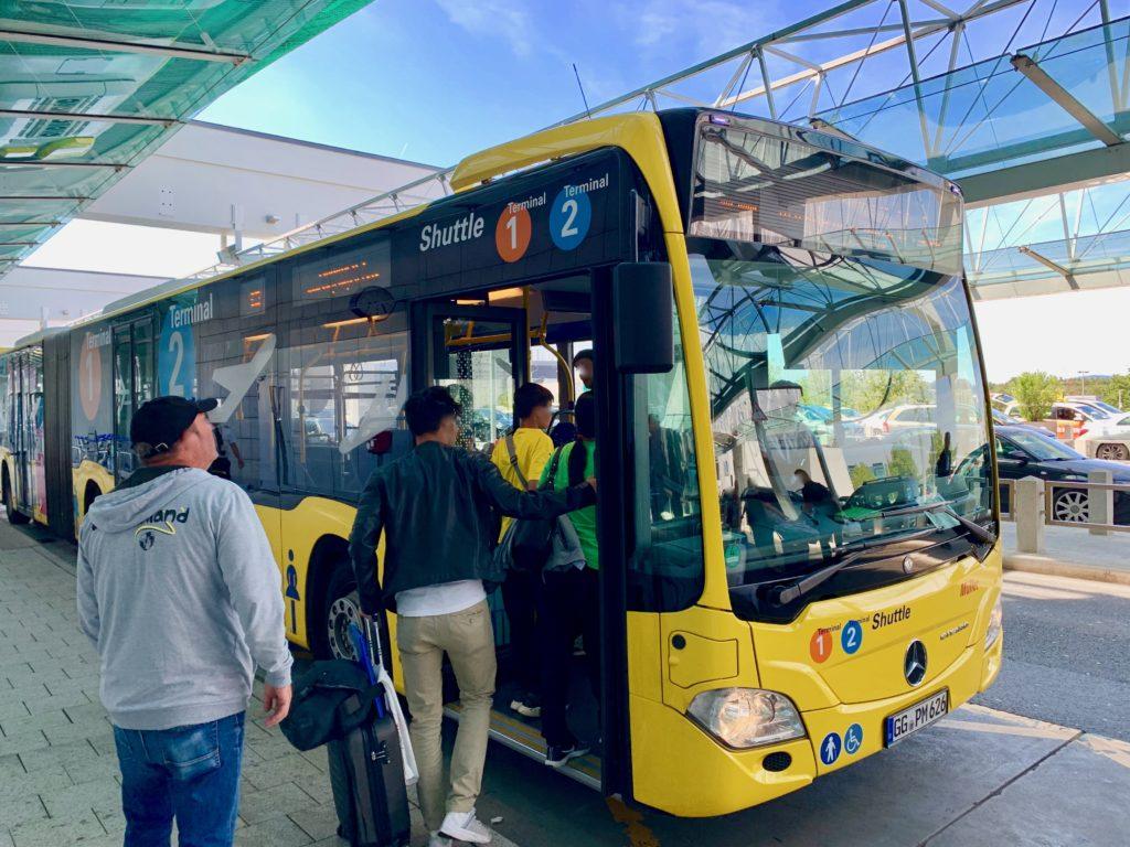 エアポートシャトルバスに乗る人たち