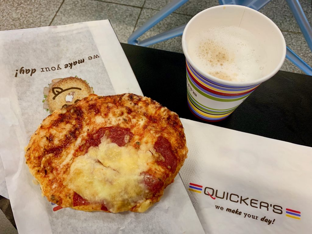 搭乗ゲートの売店で買ったコーヒーとハーフサイズピザ