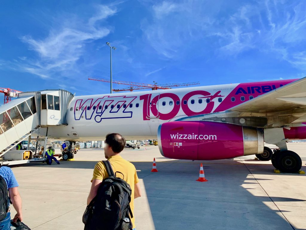 滑走路に止まっているウィズエアーの鮮やかなピンク色の機体