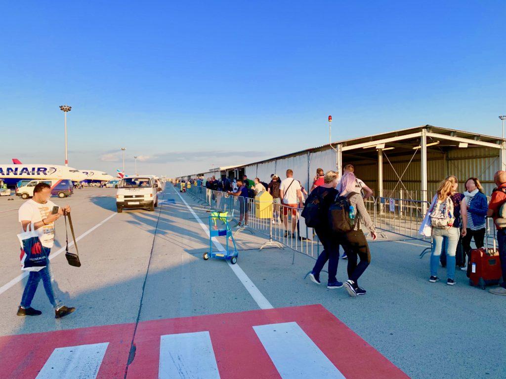 到着ロビーまで歩く乗客たち