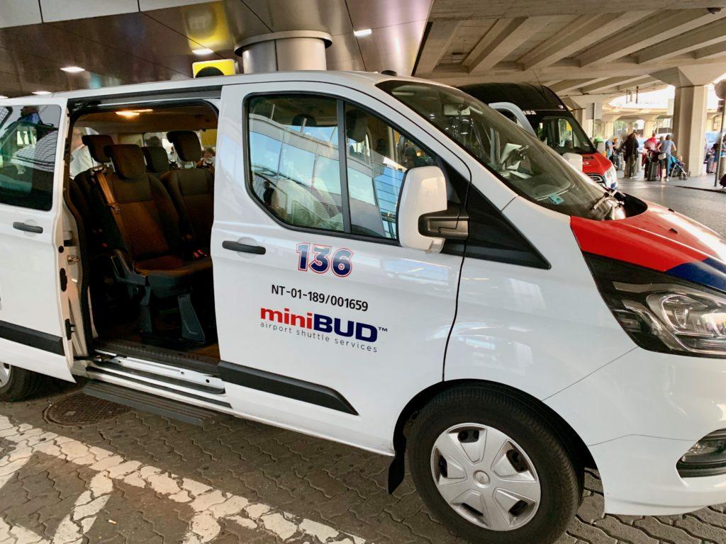ブダペスト空港に待機しているエアポートシャトルサービスのミニバス