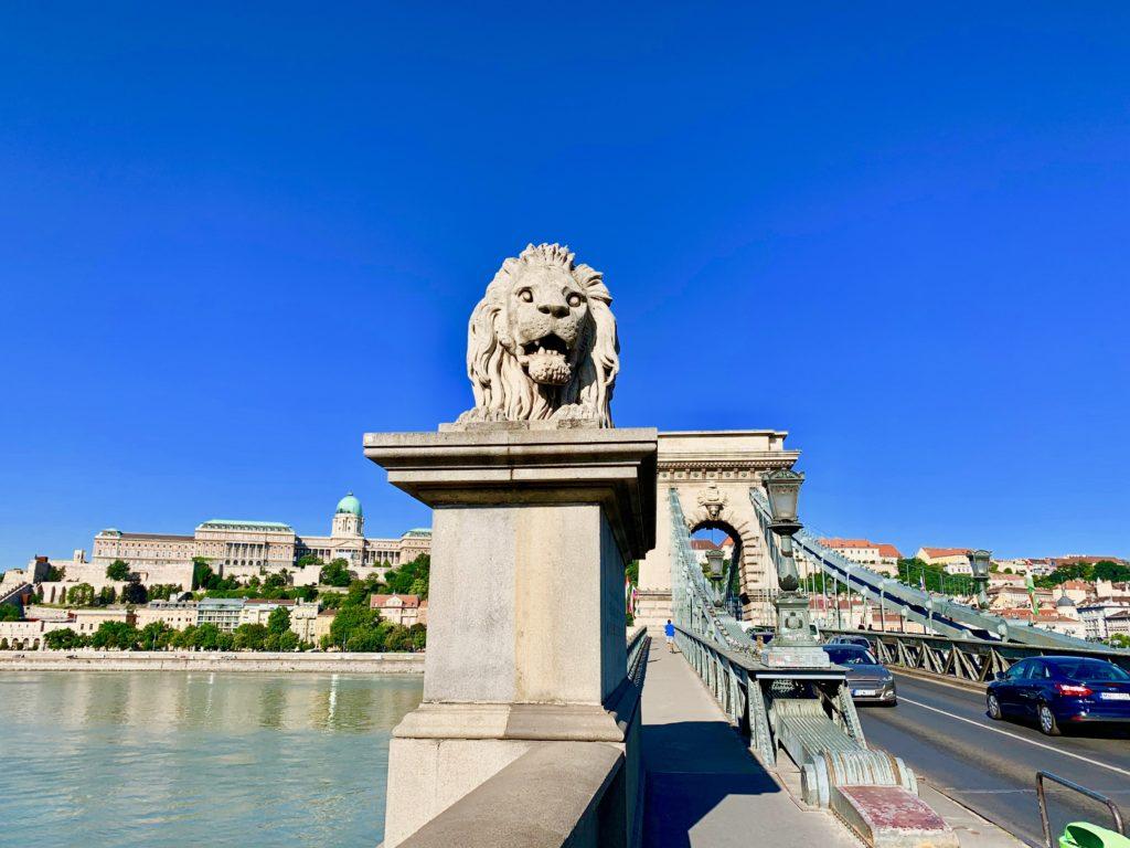 ドナウ川にかかる鎖橋とライオン像