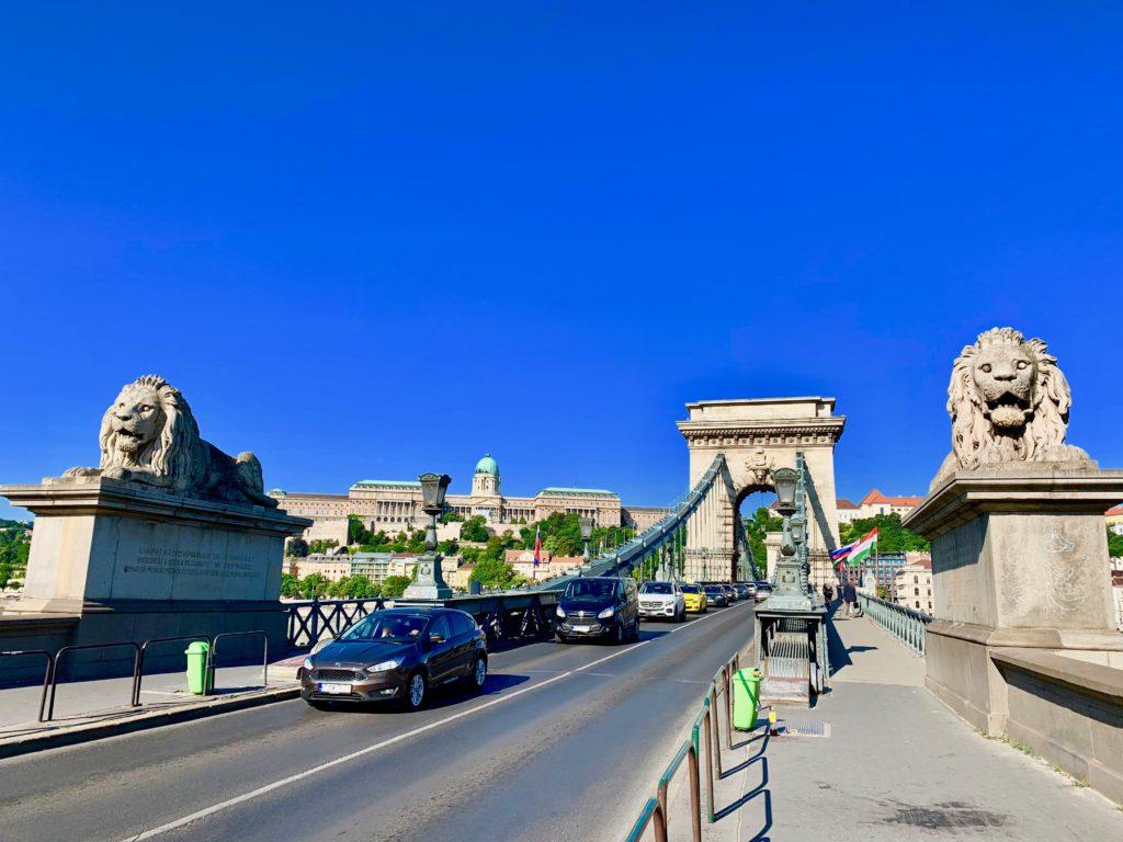 鎖橋のライオン像と王宮