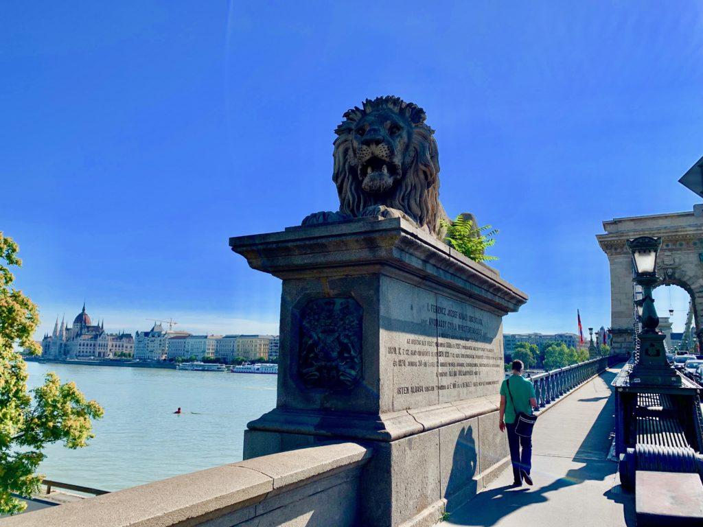 鎖橋南詰のライオン像