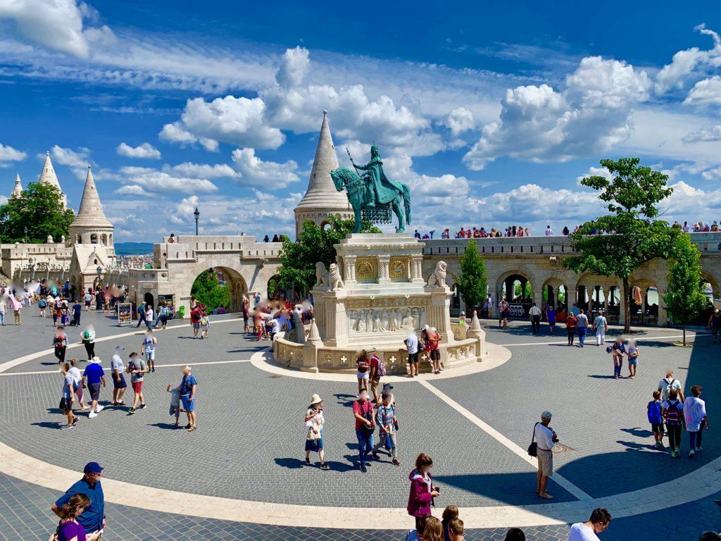 三位一体広場を見学する観光客