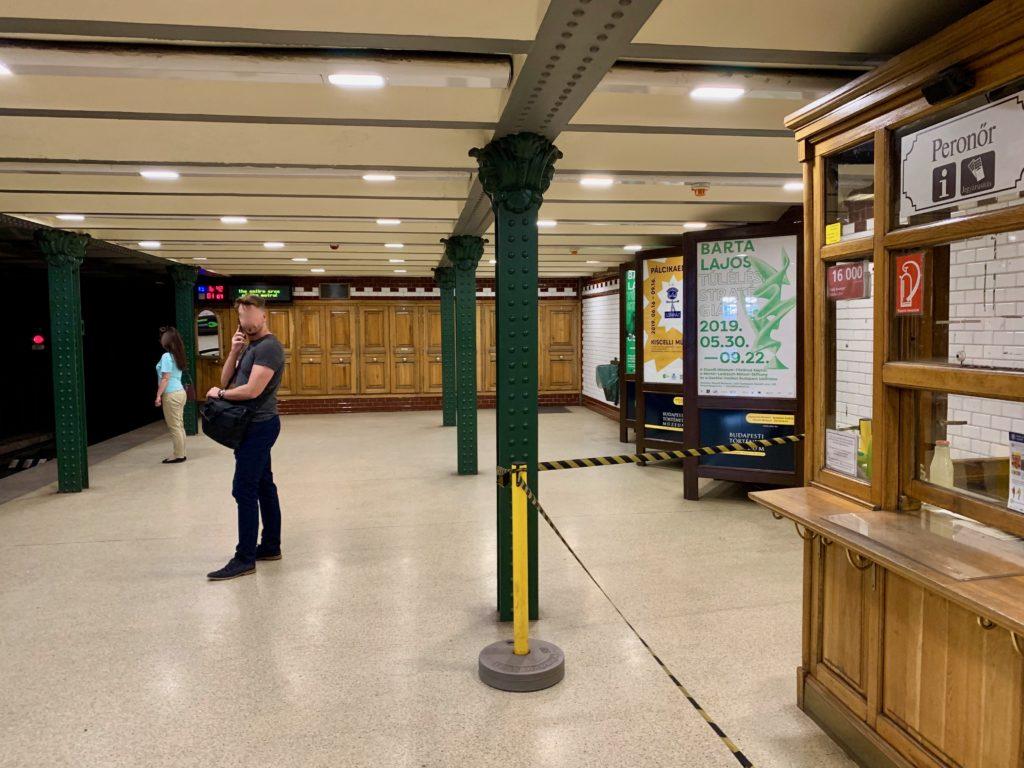 英雄広場駅のホームで地下鉄を待つ人