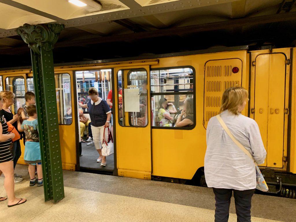 地下鉄のホームで乗り降りする乗客