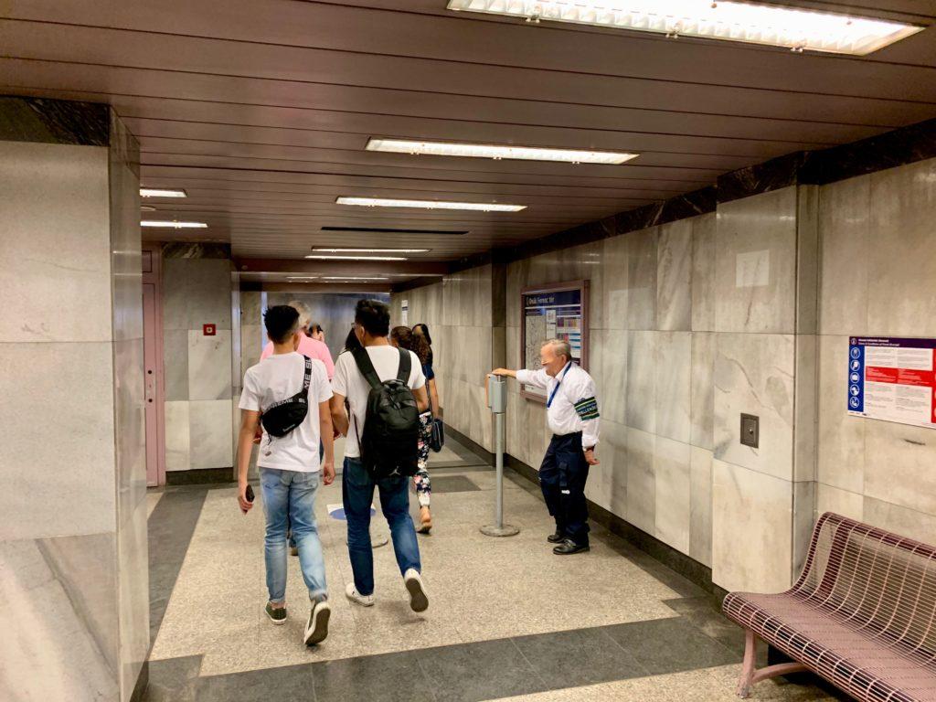 地下鉄の駅から出る乗客たち