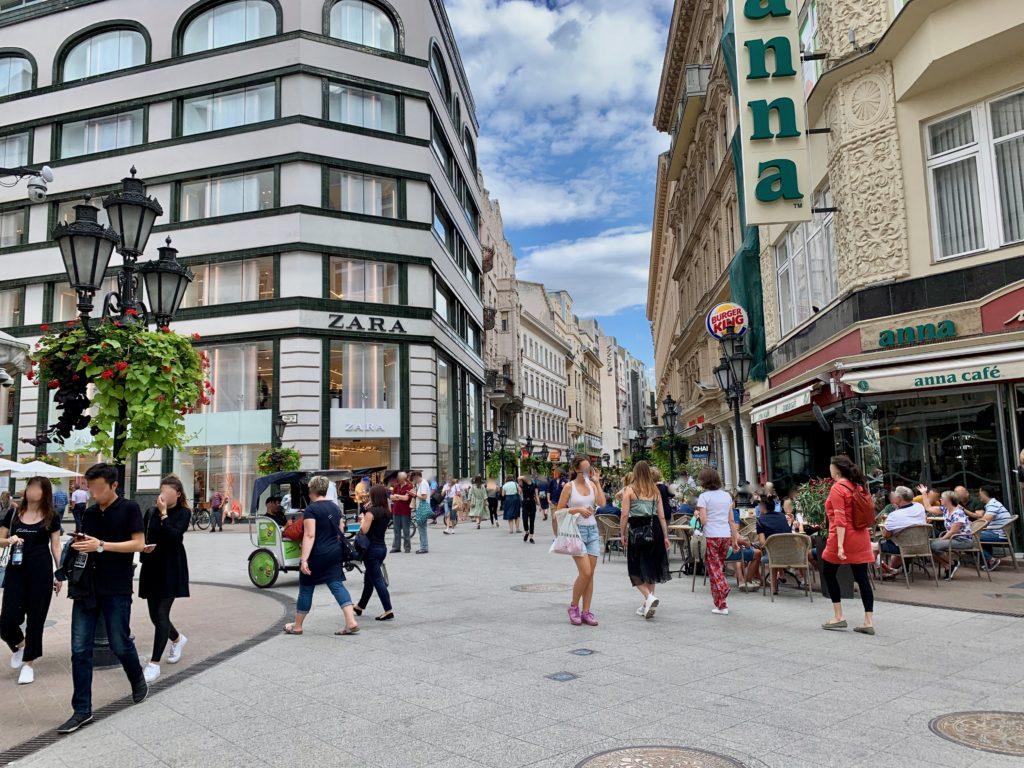 ヴァーツィ通りを歩く人々