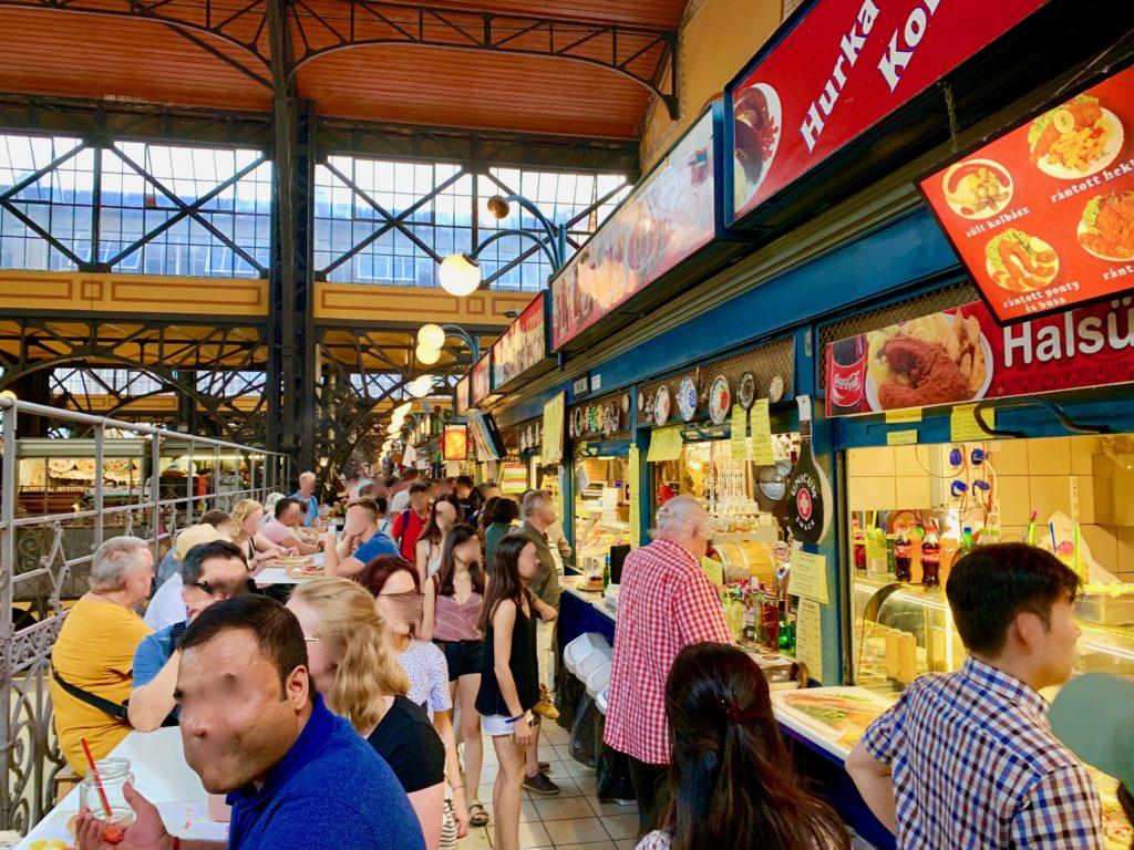 ブダペスト中央市場のフードコートで食事をする人たち