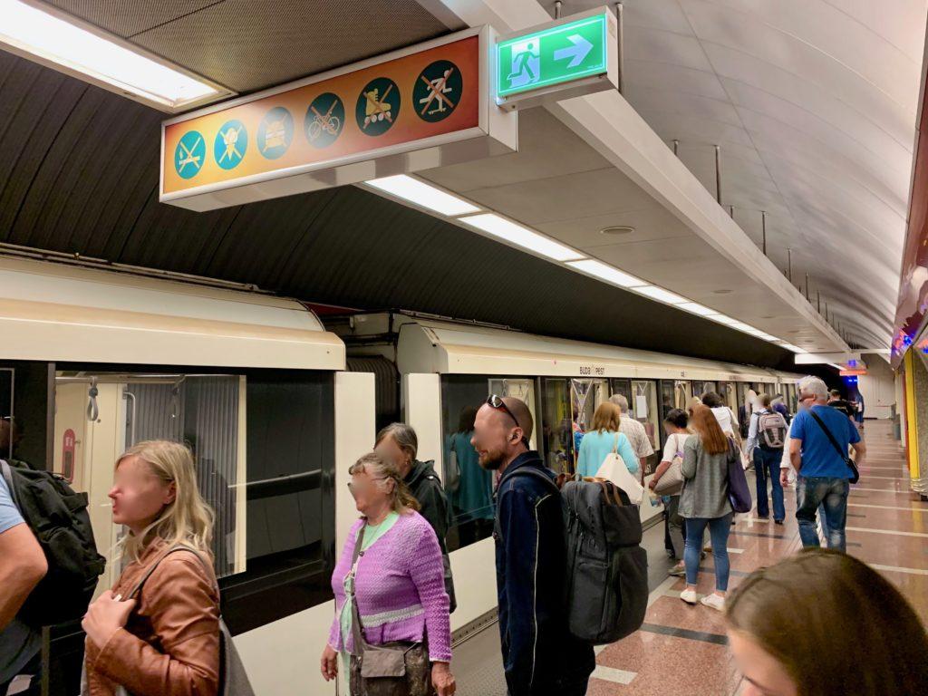 地下鉄ブダペスト南駅のホームで車両に乗る人