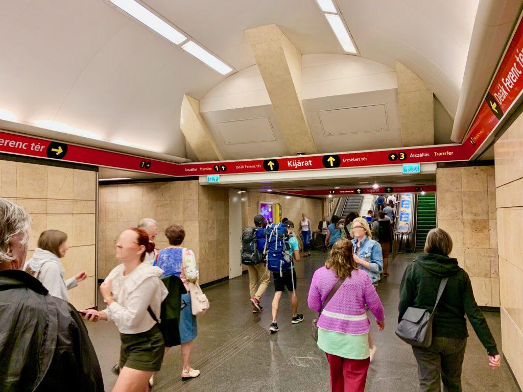 デアークフェレンツ駅で乗り換える乗客