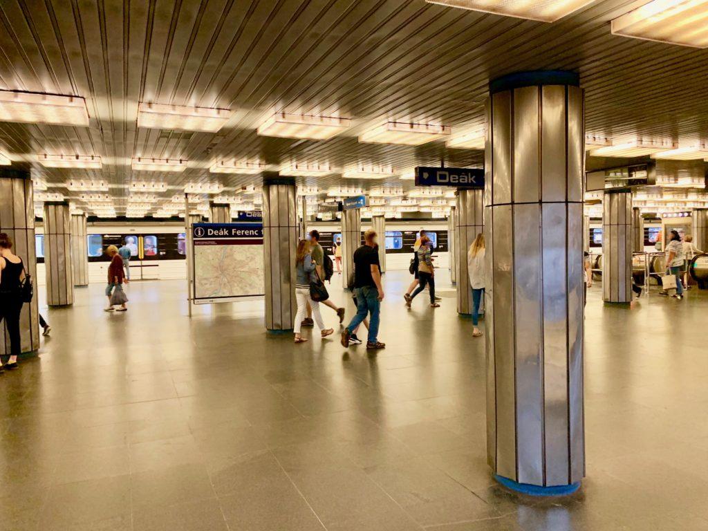 デアークフェレンツ駅のホーム
