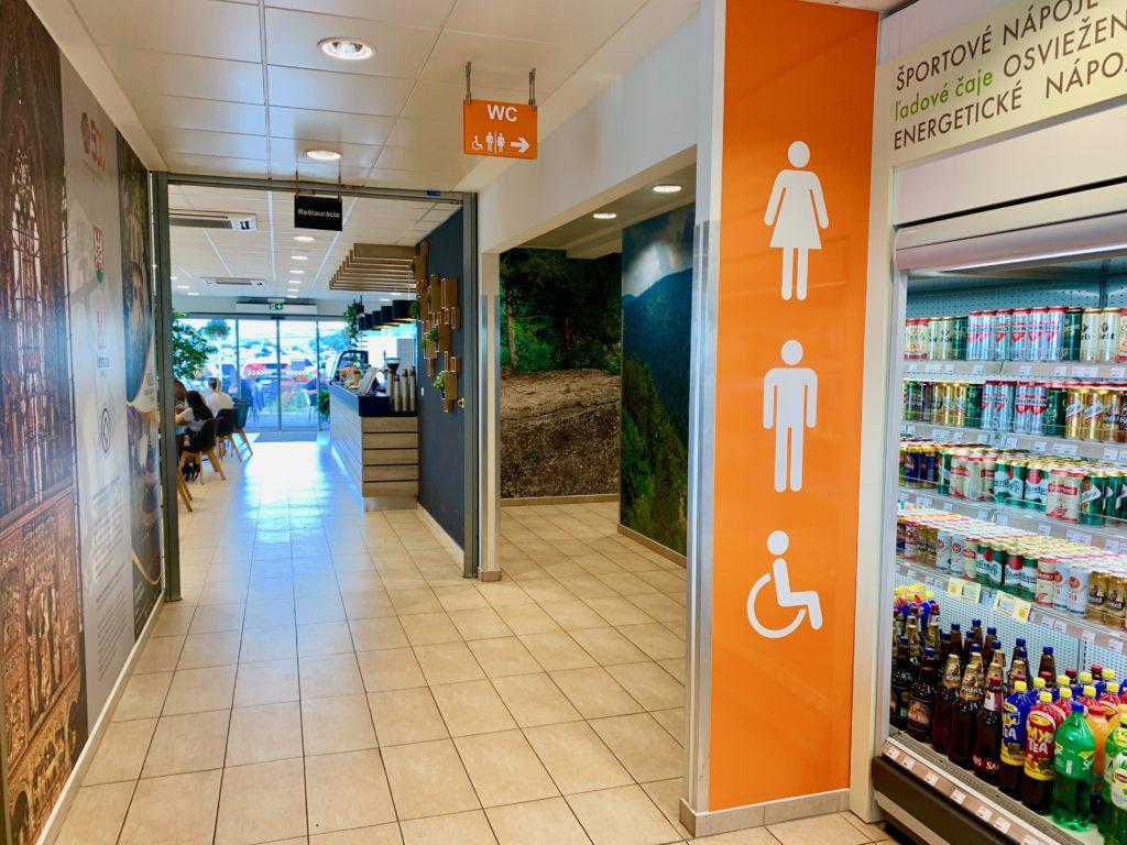 スロヴァキアのガソリンスタンド店内のトイレのり口