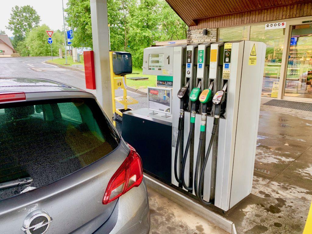 ガソリンスタンドで給油する