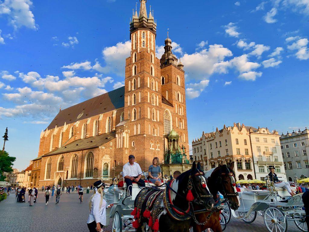 クラクフの広場を走る観光馬車