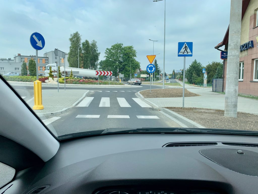 出入りする道路の角度がいびつなランダバウト