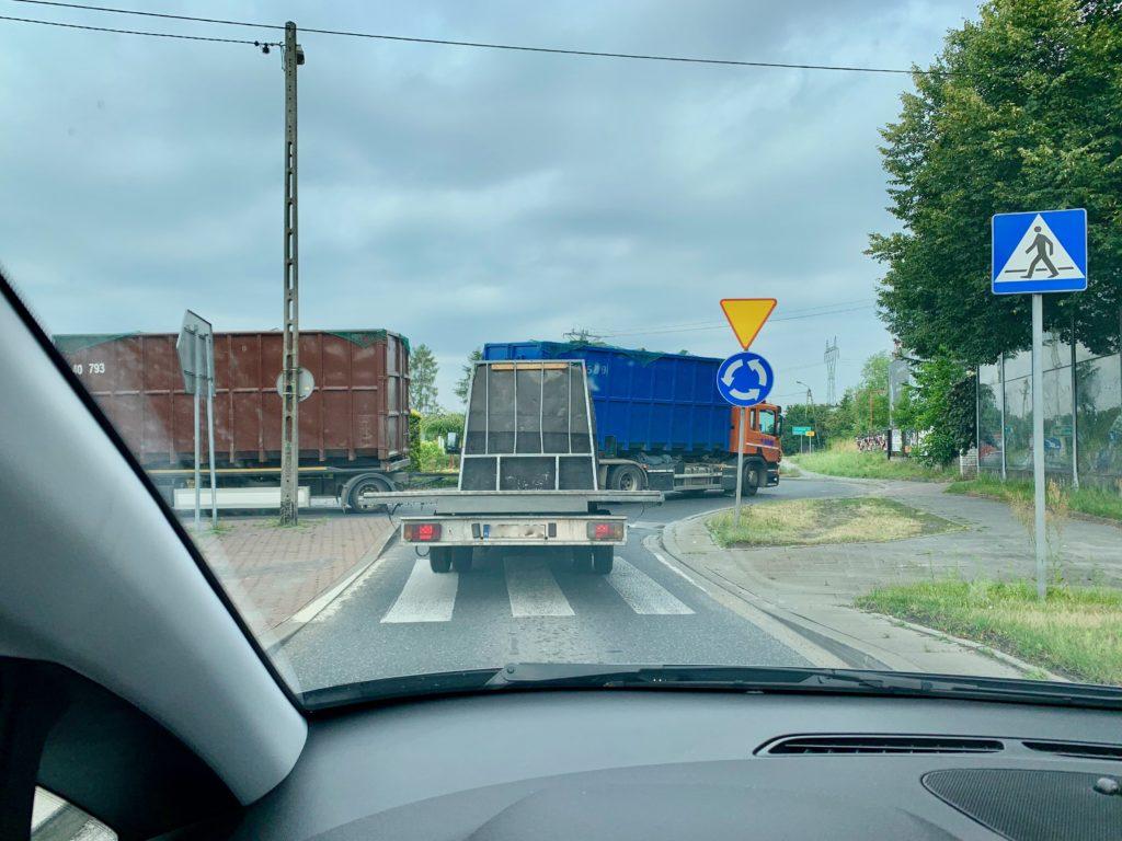 大型トラックの後に続いてランダバウトに入る