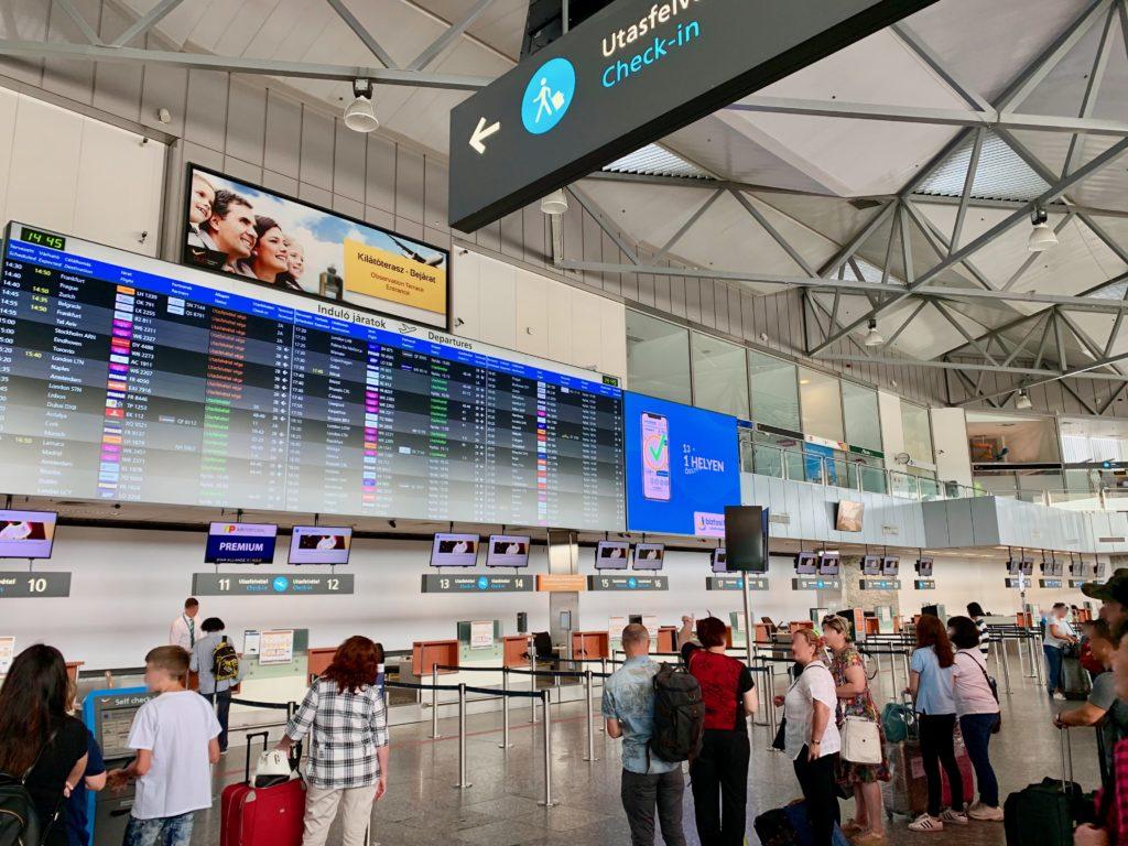 ブダペスト空港の出発ロビーのチェックインカウンター