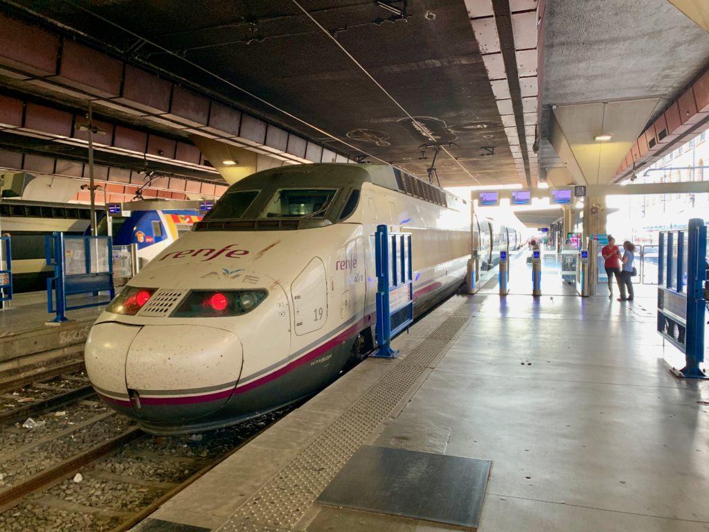 マルセイユ駅のホームに停車しているTGV