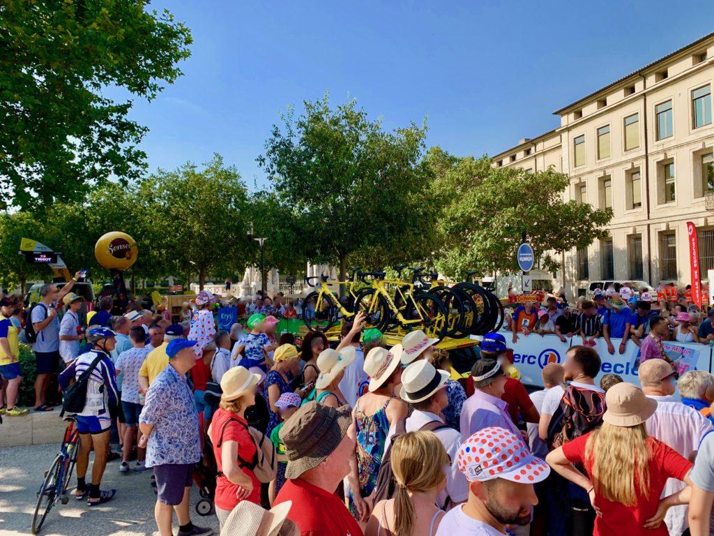 南フランスでおこなわれるツールドフランス第13ステージの見学者たち