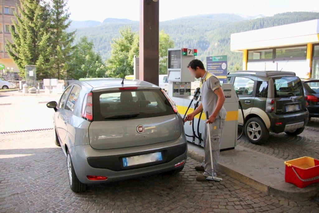 イタリアのセフル式ではないガソリンスタンド