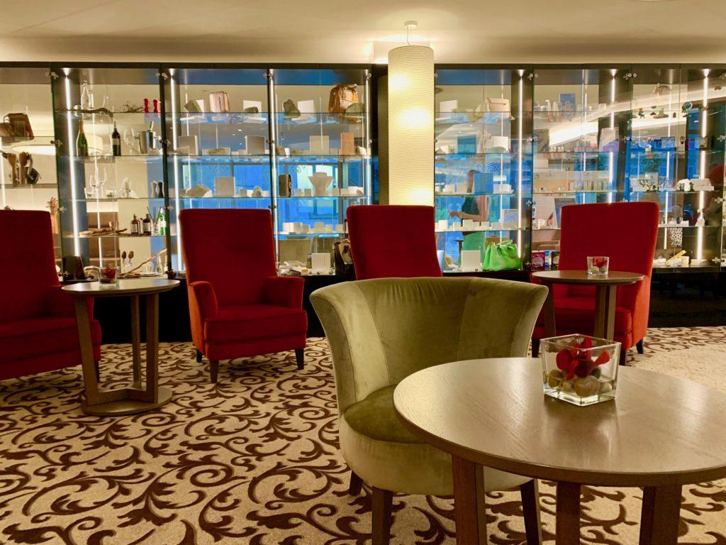 予約サイトで評価の高かったドイツのホテルのロビー
