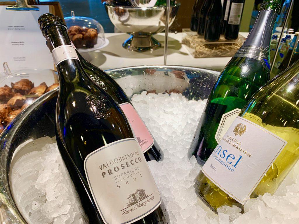 ラウンジのシャンパンやワイン