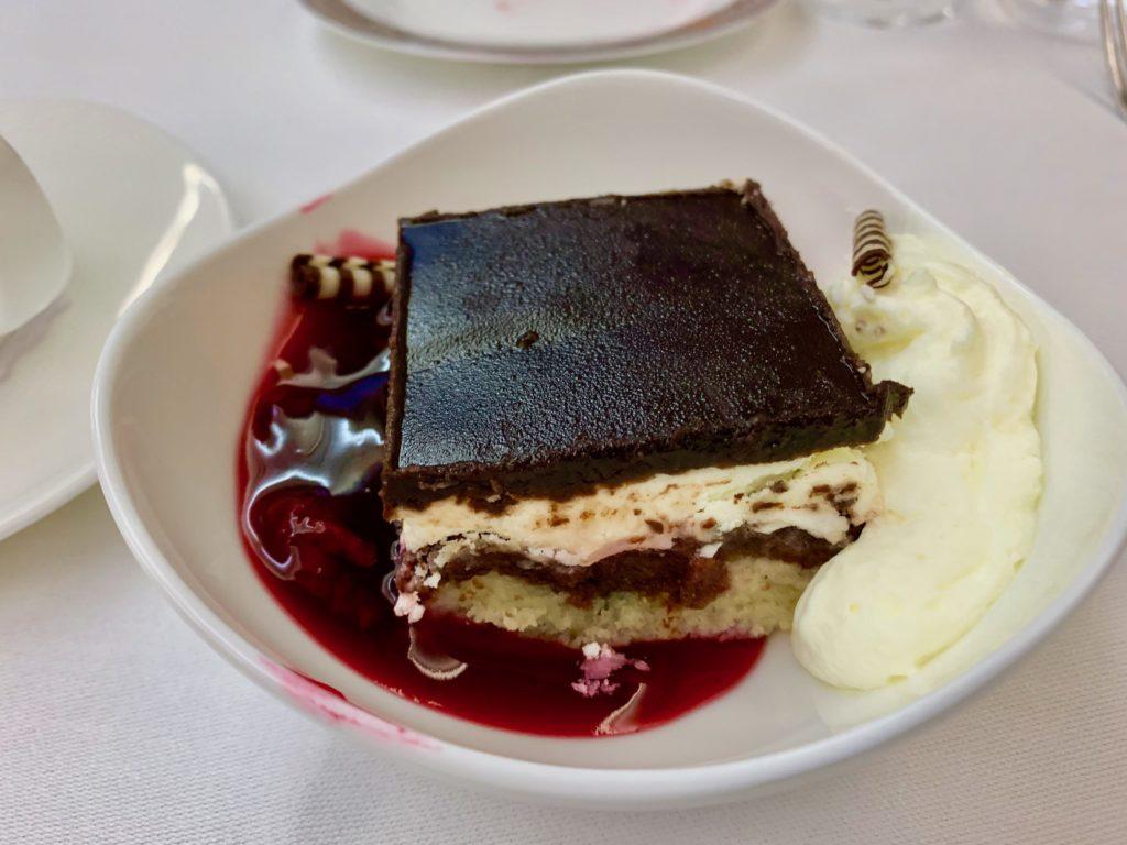 デザートはチェリーソースを添えたチョコレートケーキ(ドナウヴェレ)