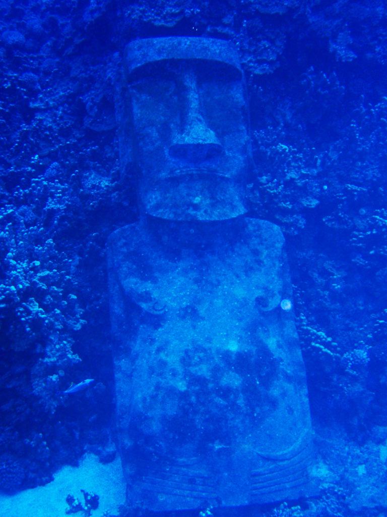イースター島の海に沈むモアイ像