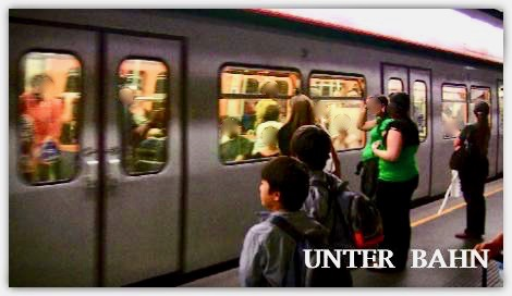 ウィーンの地下鉄に乗る子供達
