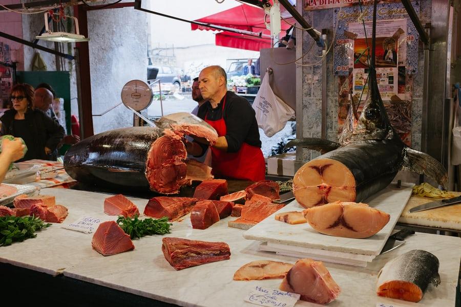 ヴッチリア市場でマグロをさばく職人さん