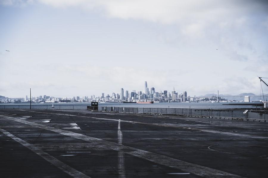 サンフランシスコ空港の滑走路と海の向こうに見えるダウンタウンの高層ビル街