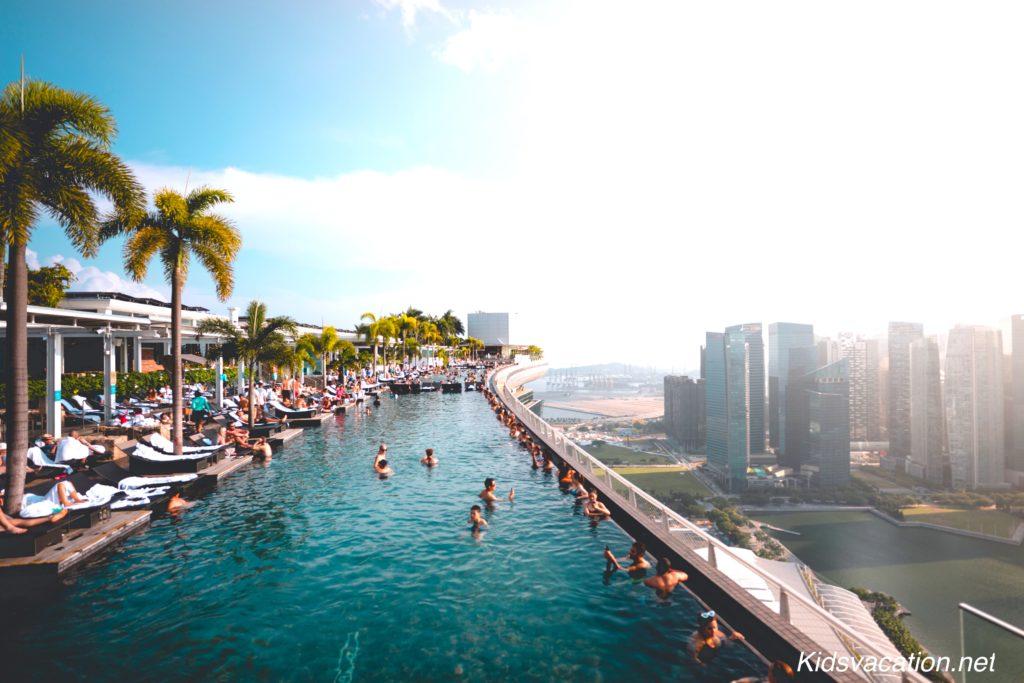 空中プールからシンガポールの景色を眺めるゲストたち