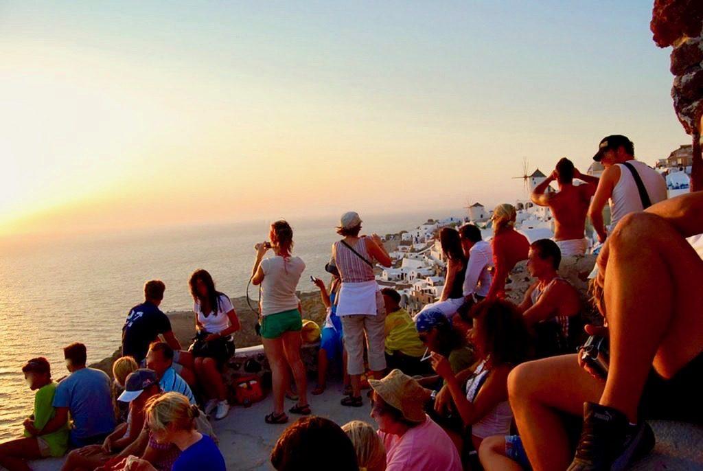 イアキャッスルで夕日を写真に撮る人たち