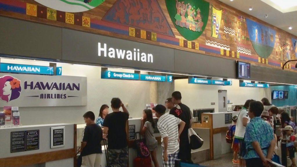 ハワイアン航空のカウンターで搭乗手続きをする