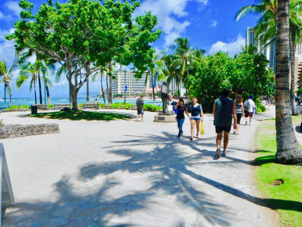 ワイキキビーチのプリンス・クヒオ像前の遊歩道