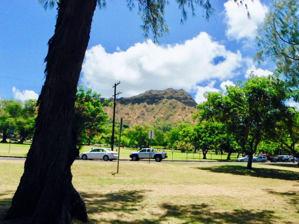 カピオラニ公園の芝の先に見えるダイヤモンドヘッド