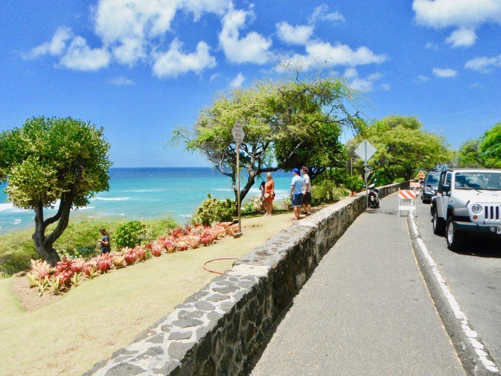 オアフ島最南端のビューポイントから海を眺める観光客