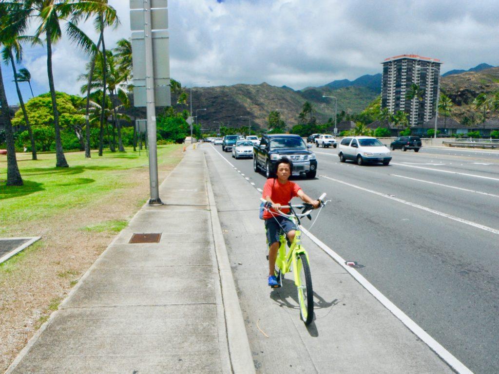 軽快に自転車をこぐ次男