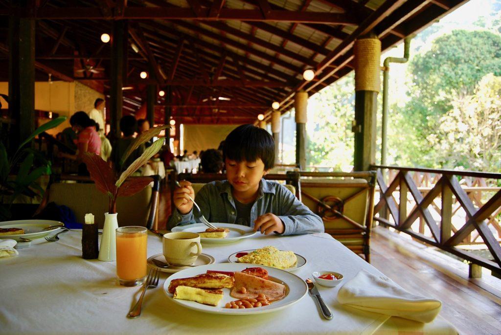 朝食を食べる次男