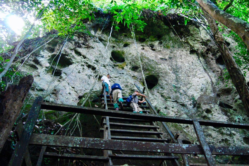 スッパン族の神聖な岩壁を見学する子供達