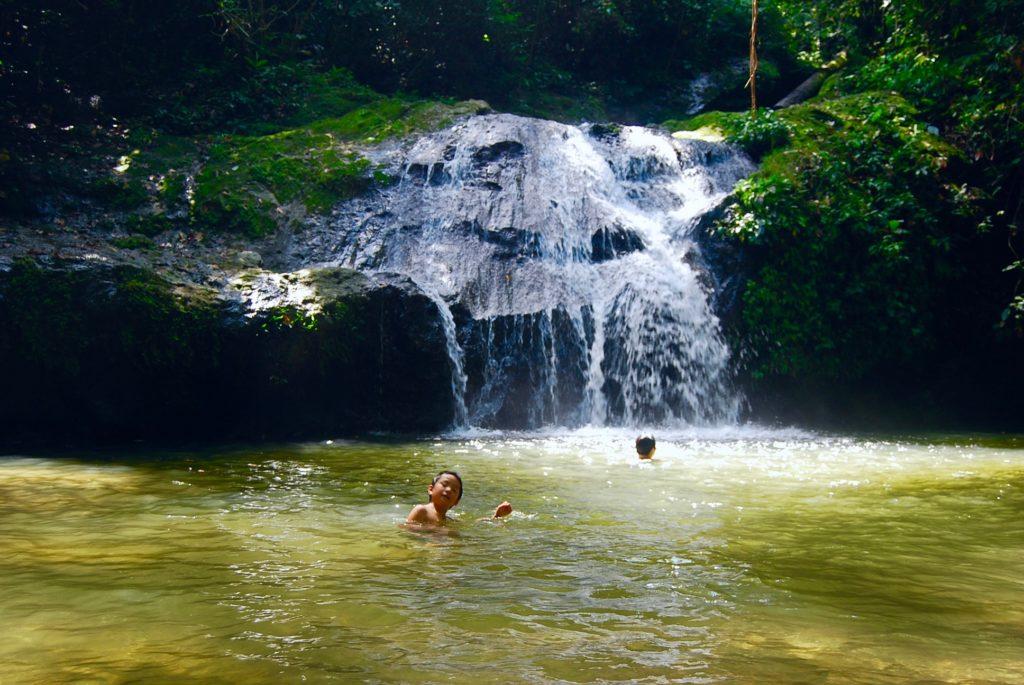 滝壺で泳ぐ子供達