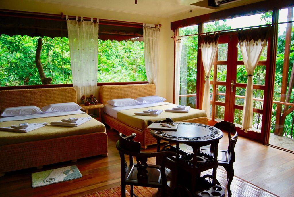 スカウリゾートのベッドルームとジャングルがよく見える大きな窓
