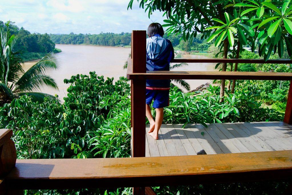 屋上テラスからキナバタンガン川を見下ろす次男