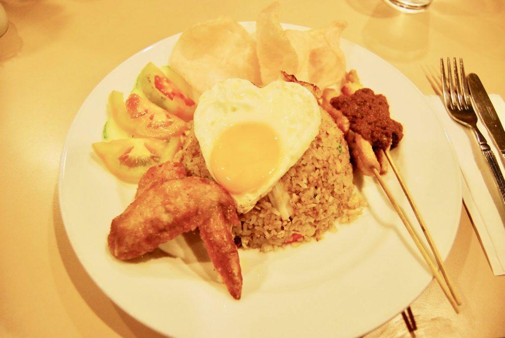 ラハダトゥエグゼクティブホテルのレストランで食べたマレーシアンプレート