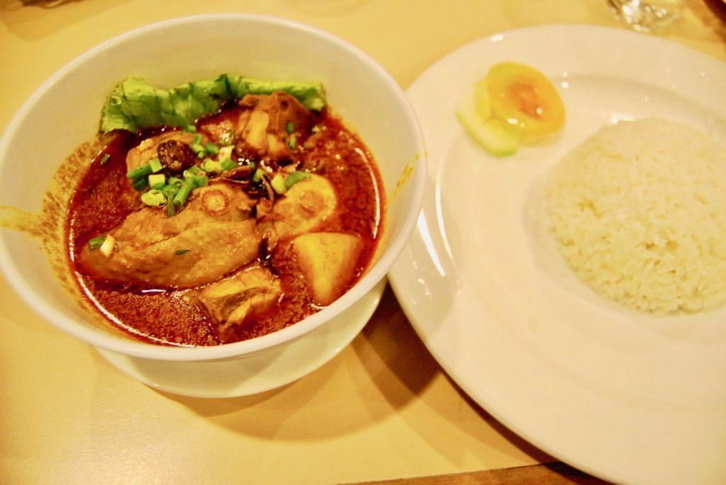 ラハダトゥエグゼクティブホテルでランチに食べたマレーシアンチキンカレー