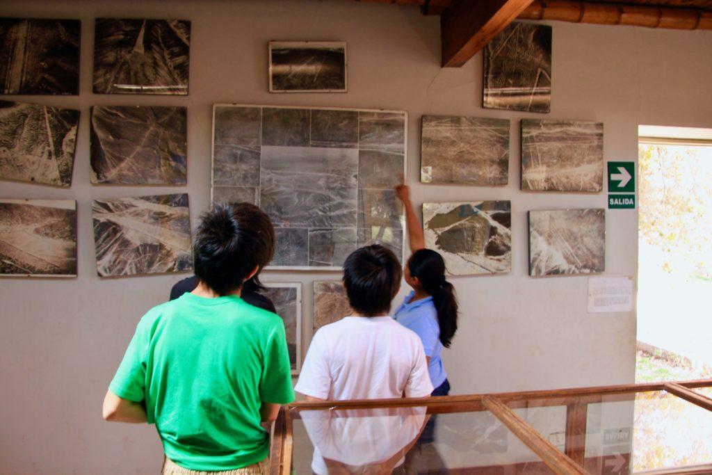 地上絵写真の展示コーナーで熱心に説明するロサさん