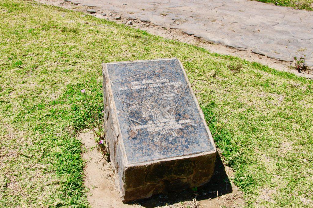 地上絵が描かれた石碑